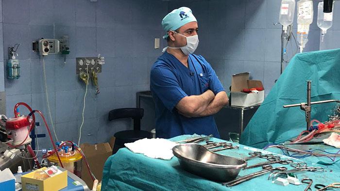 دکتر مهرداد بهلولی در اتاق عمل